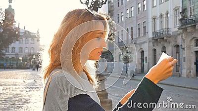 Frauenporträt einer Touristinnen mit Sonnenbrille und Papierkarte in ihren Händen auf der Suche nach einer Richtung früh in der stock footage