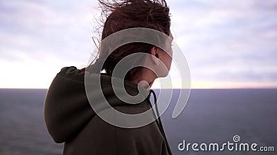 Frauenportrait in der Natur am frühen Morgen Ruhe und Meditation Wellness und aktiver Lebensstil stock footage