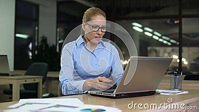 Frauenumkippen durch schlechtes Feedback auf Standort, aber höflich antworten, Kundenbetreuung stock video footage