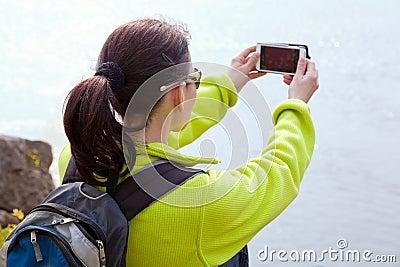 Frauenwanderer, der ein Foto macht