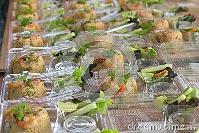 Förbered ris för ut dörren som äter den plast- asken