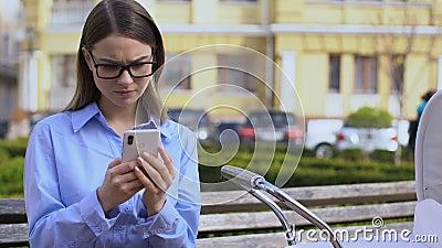 Freelance vrouw die bezig is met mobiel werken, baby in de koets negeren, carrièremaker stock footage
