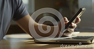 Freelancer Breakfast с купальником горячей кофейной записной книжки и телефоном в мужской руки серфинга Социальные медиа Закрытие сток-видео