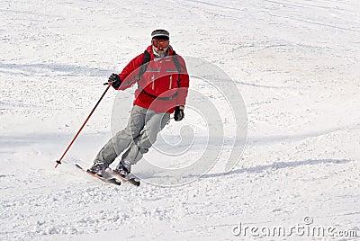 Freeride del hombre del esquiador de Alpen en centro turístico del invierno