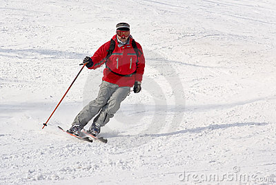 Freeride do homem do esquiador de Alpen no recurso do inverno