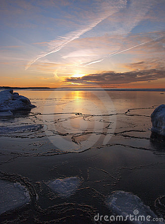 Free Freezing Sea Shore In The Romantic Evening Light Stock Photography - 14211812