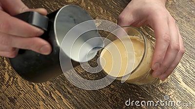 Frei gießen Sie Lattekunst stock footage