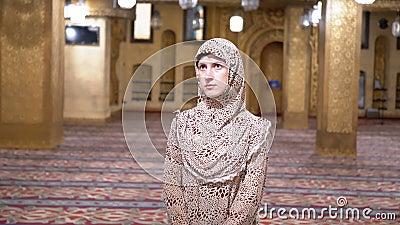 Freira em suportes da veste dentro de uma mesquita isl?mica Egypt filme