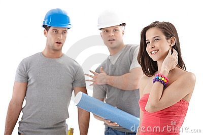Fremdfirmaarbeitskräfte, die entlang des hübschen Mädchens anstarren