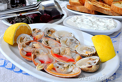 Fresh clams served with lemon