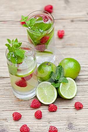 Free Fresh Cold Drink Water Ice Cubes Peppermint Lime Raspberry Stock Images - 32257184
