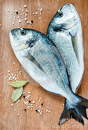 Free Fresh Dorada Fish With Sea Salt And Bay Leaf Stock Image - 31210721