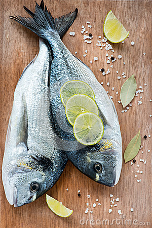 Free Fresh Dorada Fish With Sea Salt, Lime And Bay Leaf Royalty Free Stock Images - 31221859