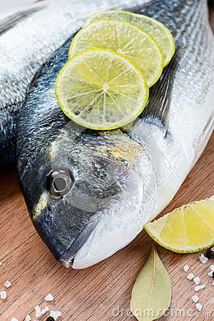 Free Fresh Dorada Fish With Sea Salt, Lime And Bay Leaf Royalty Free Stock Photography - 31222897