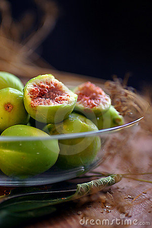 Fresh figs in glass bowl