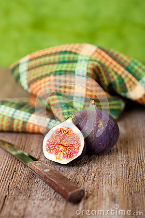 Fresh figs, old knife and chequered towel