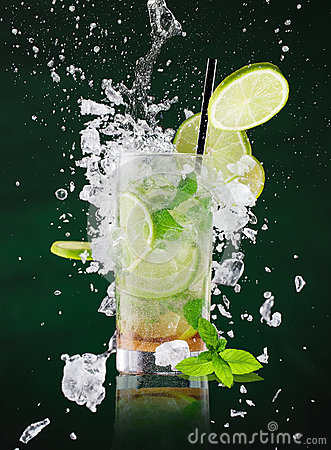 Free Fresh Mojito Drink With Liquid Splash And Crushed Ice In Freeze Motion. Stock Image - 89129131