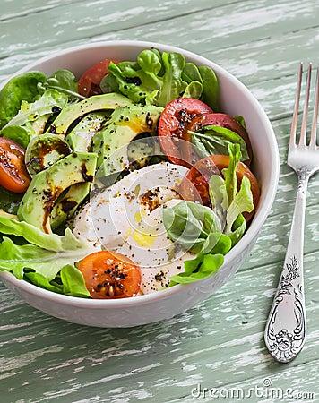 Free Fresh Salad With Avocado, Tomato And Mozzarella, In A White Bowl Royalty Free Stock Photos - 64722758