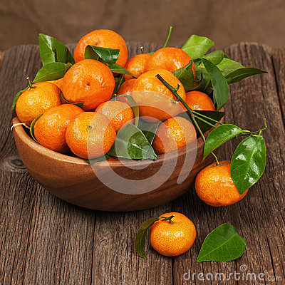 Free Fresh Tangerines With Leaves In Bowl On Wooden Table. Royalty Free Stock Image - 36669936