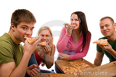 Freunde, die Spaß haben und Pizza essen
