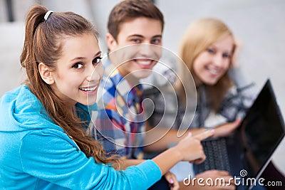 Freunde mit Laptop