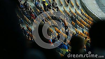 Freunde und Familien, die zum Stadion kommen, Fußballspiel, Meisterschaft aufzupassen stock video