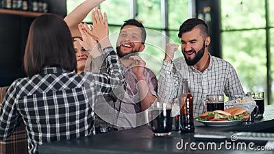 Freundesgruppe feiert Sieg der Sportmannschaft, die mit Bier Meisterschaft feiert stock footage
