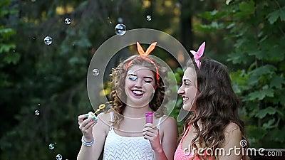Freundinnen blasen Seifenblasen auf