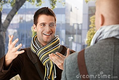 Freundlicher Kerl, der zum Freund gestikuliert