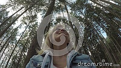 Freundliches Mädchen Eco, das die Schönheit der Natur mit Ansicht 360 der Waldlandschaft im Hintergrund lächelt und bewundert stock footage