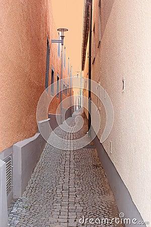 Färgrik gata med kullersten