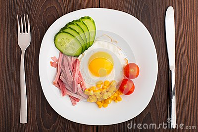 Fried egg with vegetables and ham