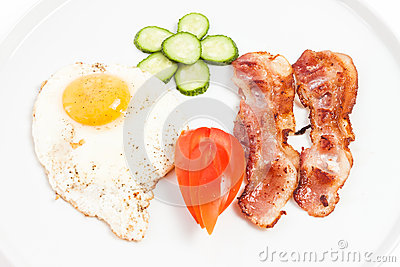 Fried eggs, bacon and vegetables
