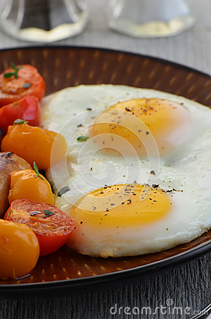 Fried eggs and cherry tomatoes