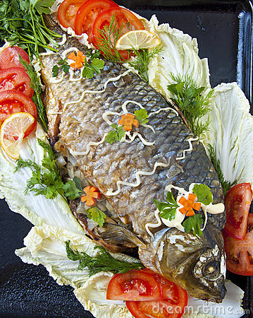 Fried fish with fresh vegetables