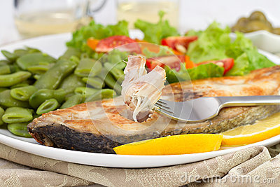 Fried fish with lemon, beans
