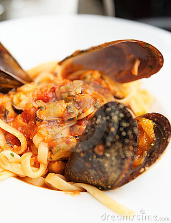 Fried mussels with pasta