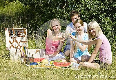 L'amitié est parfois plus fort que l'amour ! Lisez ceci... - Page 2 Friends-at-a-picnic-thumb18120240