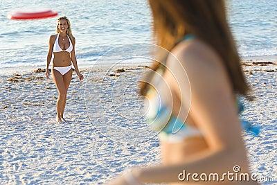 Frisbee bij het Strand