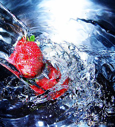 Frische Erdbeere im Wasser