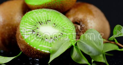 Frische Kiwi fallende Wassertropfen stock video