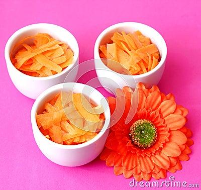 Frische Salate von Karotten