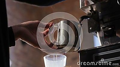 Frischer Espresso der Nahaufnahme läuft herein Metallschale, italienische Espressomaschine aus Berufskaffeeherstellung stock video footage