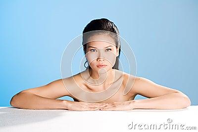 Frisches sauberes Gesicht der jungen Frau
