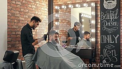 Frischschneiden Haare lächelnder männlicher Klient in Friseursalon stock video footage