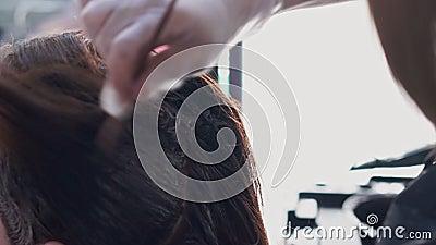 Friseur malt das Haar eines Mädchens stock video