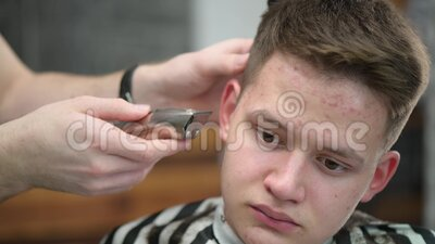Friseurschnitt in Barbershop Nahaufnahme des meisterklippten Haars mit Clipper stock video