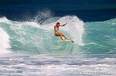 Fritada de Ana de la muchacha de la persona que practica surf que practica surf en la punta rocosa Imagen de archivo editorial