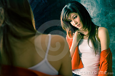 Främre flicka som har sjukainsomniaspegeln
