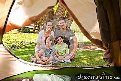 Frohe Familie, die im Park kampiert